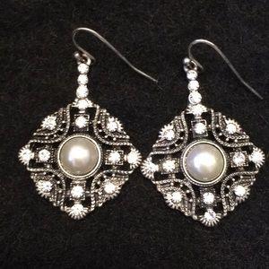 Jewelry - Event earrings w rhinestones/pearl